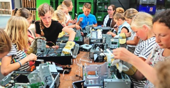Primary school visits Innovation Plant after E-waste Race prize afbeelding
